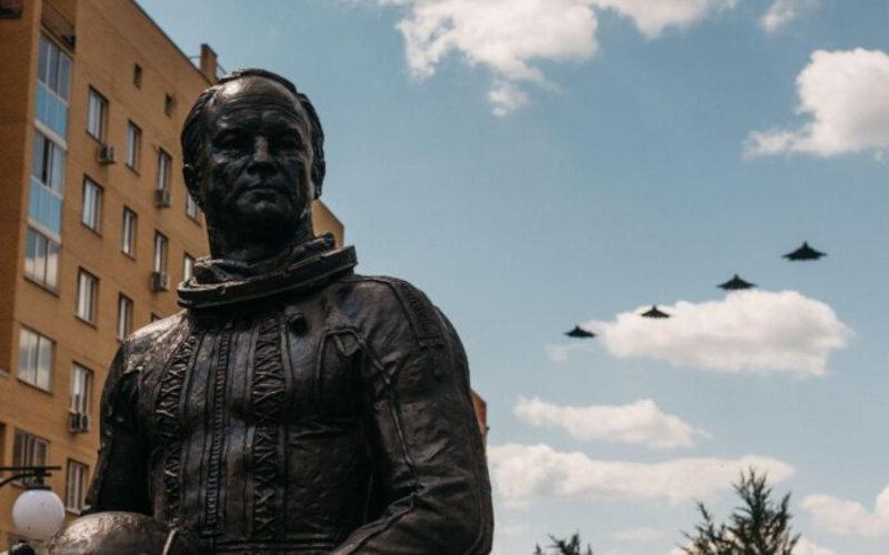 Памятник Герою Советского Союза, космонавту-испытателю И.П. Волку установлен подмосковном городе авиаторов Жуковском